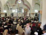 إمام يدفع المصلين من الفرار من المسجد